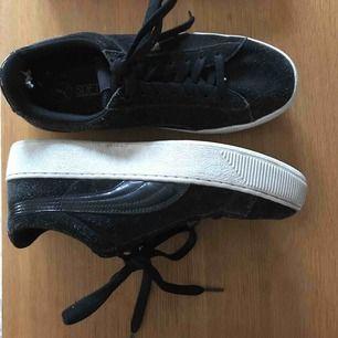 Snygga puma-skor i storlek 39, ganska använda men i hyfsat skick. Innersulan är soft foam så superbekväma!