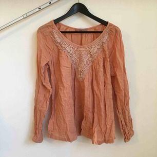 Romantisk blus i härligt material.  Köpare står för frakt.