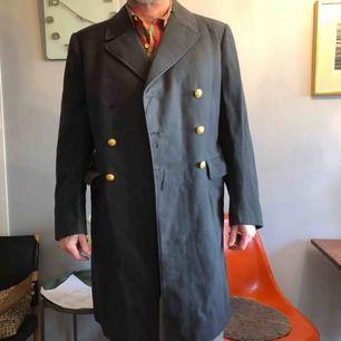 """Rejäl vintage kappa (herr) från märket """"Tiger"""". Fin i tyget men med några små skavanker. Sönder i innertyget och saknar en knapp-därav priset.🌿"""