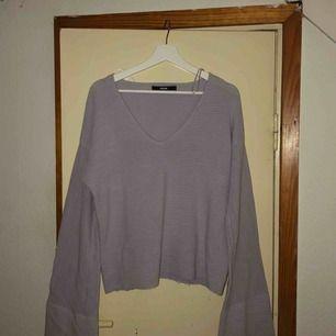 Jätte skön och fin tröja från BikBok med vida armar! Storlek L men passar även andra storlekar beroende på hur man vill att den ska sitta! Frakt diskuteras vid köp 🥰