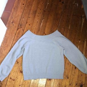 Jätteskön stickad tröja från Gina! Säljer pga att den inte används mer. Super snygg att ha lite off shoulder. Frakt diskuteras vid köp 🥰