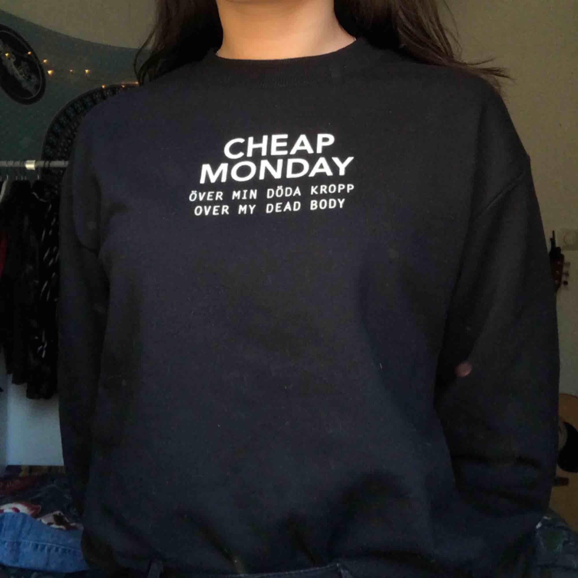 sweatshirt från cheap monday den är köpt i butik i London🔥 aldrig använd❤️ frakten ingår💌. Tröjor & Koftor.