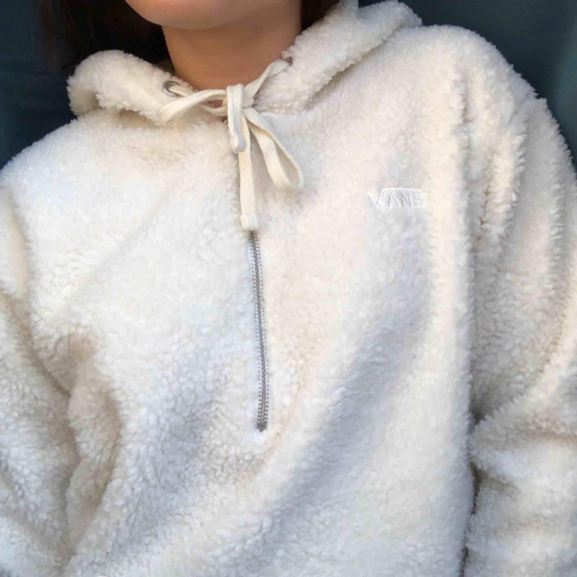 Vans hoodie i teddy material🔥 köpt på Junk Yard tyvärr är den inte min stil och har därför aldrig kommit till användning😫  frakt ingår (spårbar frakt)💌. Huvtröjor & Träningströjor.