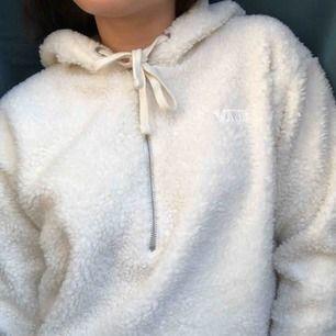 Vans hoodie i teddy material🔥 köpt på Junk Yard tyvärr är den inte min stil och har därför aldrig kommit till användning😫  frakt ingår (spårbar frakt)💌