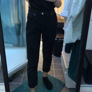 mom jeans, aldrig använda😫 funkar perfekt på en W26 jag är 165cm lång frakt ingår(spårbar frakt)💌