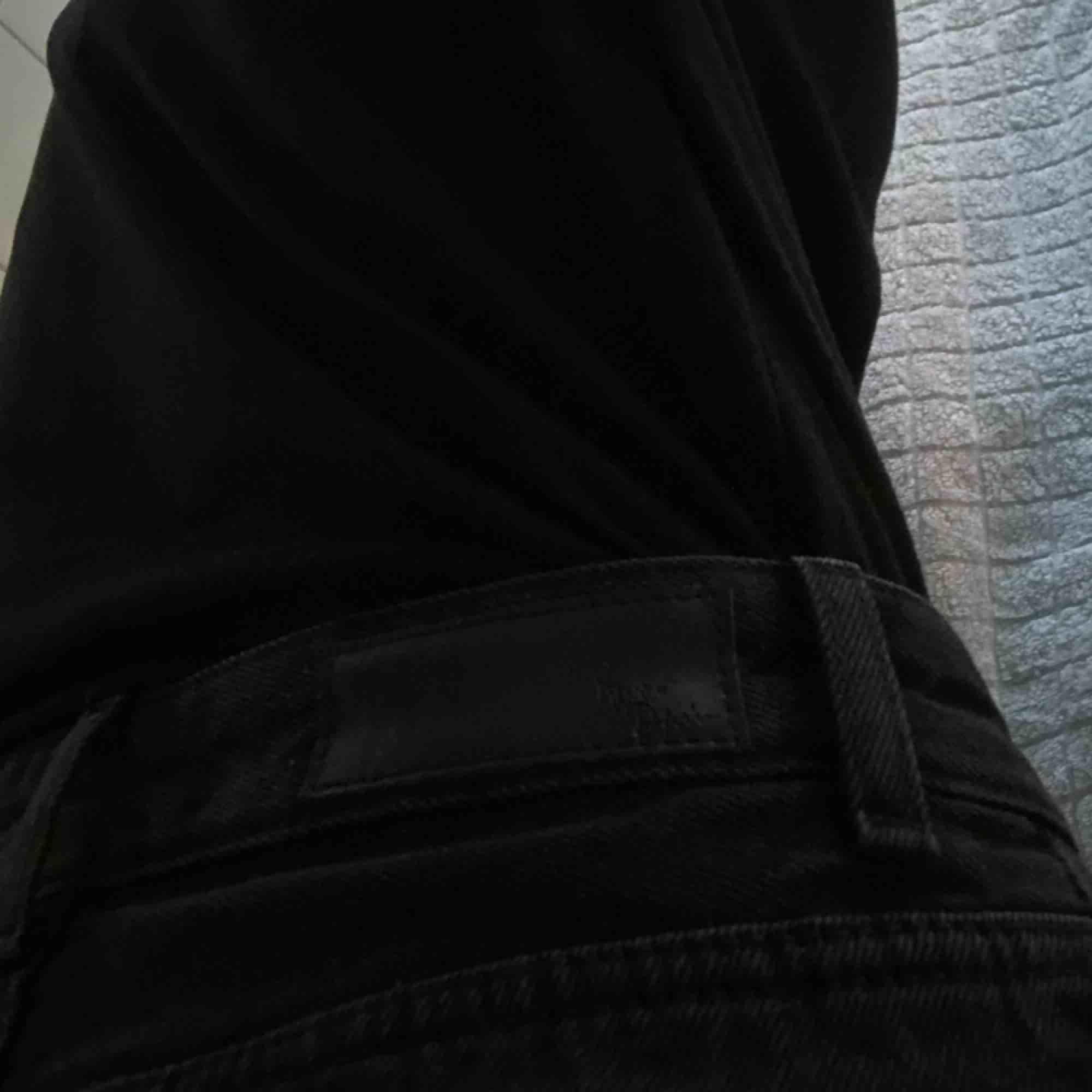 mom jeans, aldrig använda😫 funkar perfekt på en W26 jag är 165cm lång frakt ingår(spårbar frakt)💌. Jeans & Byxor.