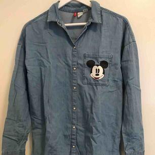 Jeans skjorta från HM. Köpte för länge sen men använt bara en gång. Den har stl 34 men passar även 36-38.