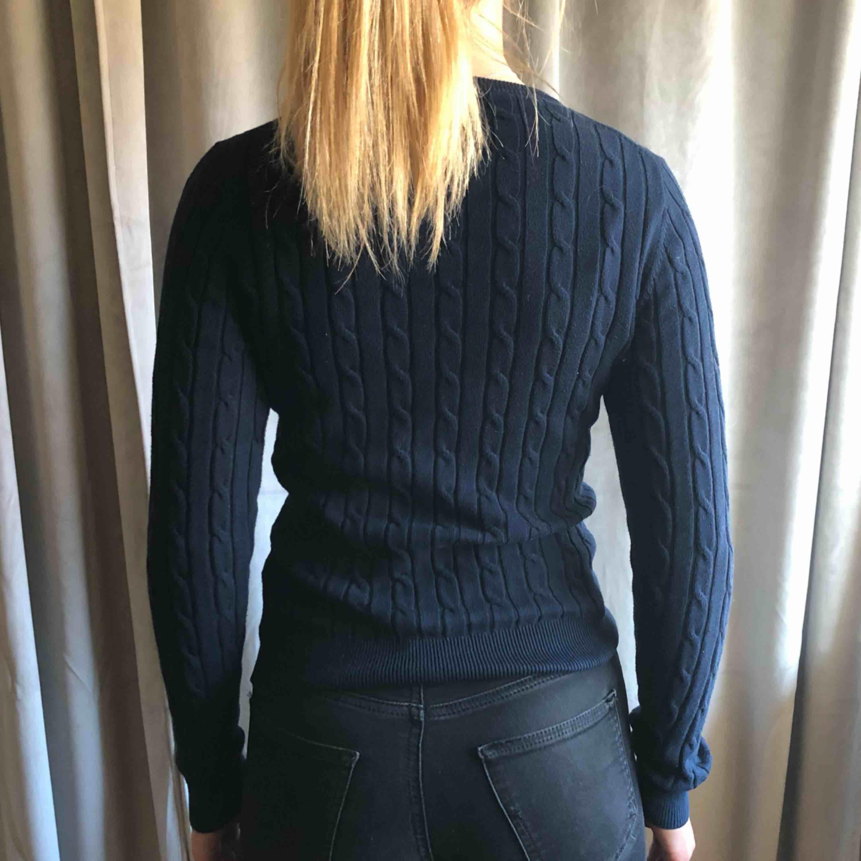 Marinblå stickad tröja från gant. Köparen står för frakten. Tröjor & Koftor.