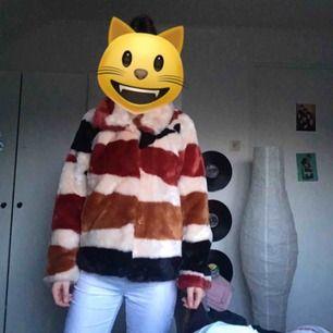 """Suuuuuperfin jacka från Lindex i storlek XS!! Fake """"päls"""" såklart. Endast använd 2 gånger men säljer den då den inte känns som min stil:// originalpris var 1500:- , så passa på!! Nyskick! Frakt 40:-"""
