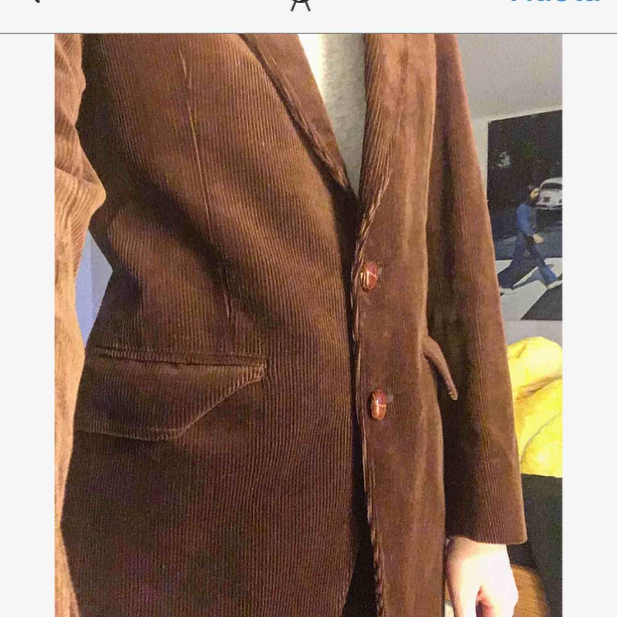 En underbar kostym i brunt manchestertyg! Älskar den men säljer pga vet inte när jag ska använda den! Det står ingen storlek i den men passar mig som vanligtvis har XS/S! . Kostymer.