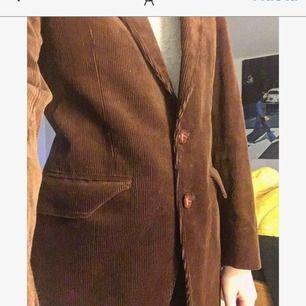 En underbar kostym i brunt manchestertyg! Älskar den men säljer pga vet inte när jag ska använda den! Det står ingen storlek i den men passar mig som vanligtvis har XS/S!