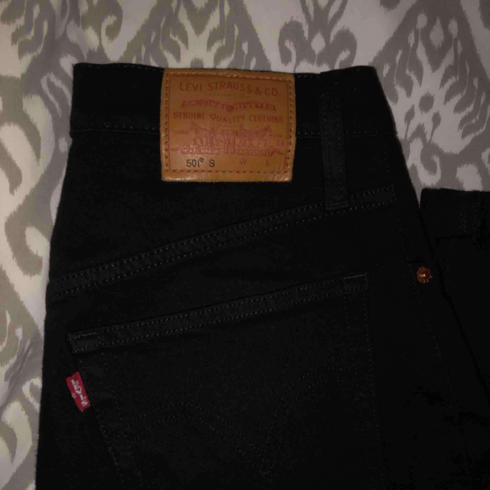 säljer mina Levi's 501 i svart tvätt sparsamt använda❤️ köpta i göteborg😍 frakt ingår i priset (spåbar frakt)💌 . Jeans & Byxor.