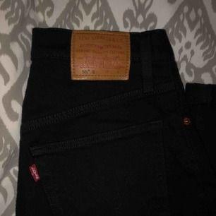 säljer mina Levi's 501 i svart tvätt sparsamt använda❤️ köpta i göteborg😍 frakt ingår i priset (spåbar frakt)💌