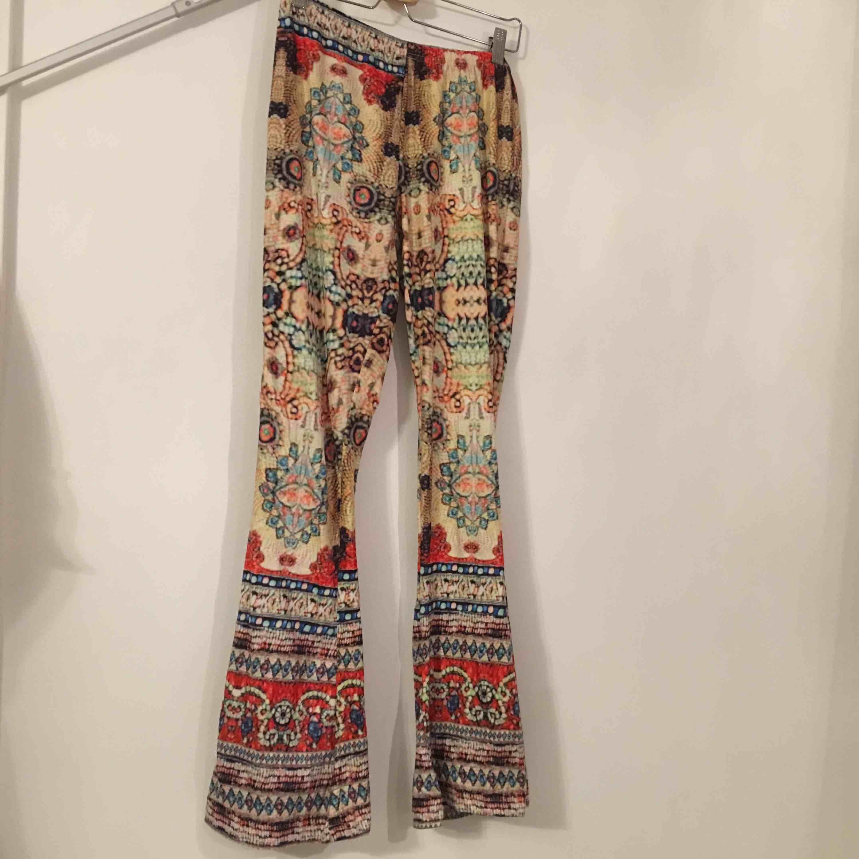 Tights med utsvänga ben i bohemisk stil. Storlek är ej angivet men skulle säga att det är en storlek M.  Köpare står för frakt.. Jeans & Byxor.
