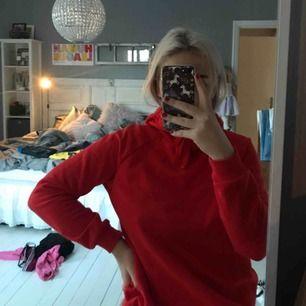 Röd hoodie passar xs-m  Bra skick från Gina Tricot