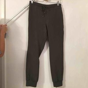 Sköna mjuka byxor med lite udda struktur baktill.  Köpare står för frakt.