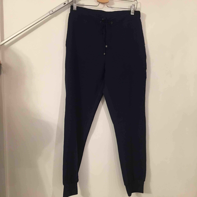 Snygga och mjuka byxor med speciell textur på baksidan.   Köpare står för frakt.. Jeans & Byxor.