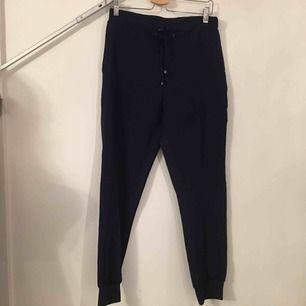 Snygga och mjuka byxor med speciell textur på baksidan.   Köpare står för frakt.
