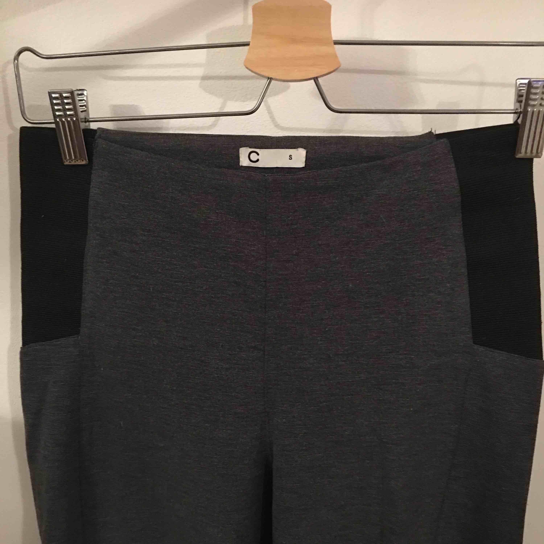 Snygga tights med resor i sidorna.  Köpare står för frakt.. Jeans & Byxor.