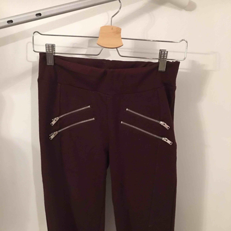 Snygga lite tjockare tights med dragkedjor.   Köpare står för frakt.. Jeans & Byxor.