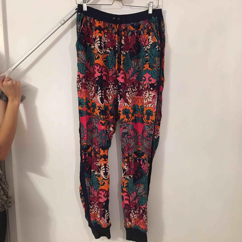 Färgglada mjuka byxor i skönt material.  Köpare står för frakt.. Jeans & Byxor.