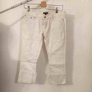 Vita jeansbyxor i caprimodell.   Köpare står för frakt.