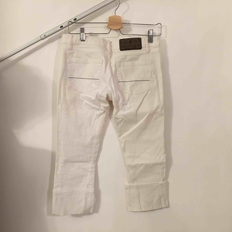 Vita jeansbyxor i caprimodell.   Köpare står för frakt.. Jeans & Byxor.