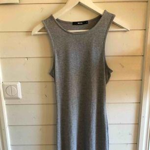 Grå klänning från bikbok som slutar lite längre ner än knäna. Använd 1 gång. Köparen står för frakten!