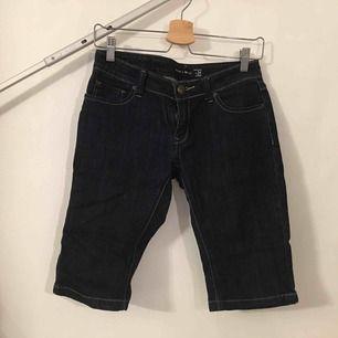 Jeans i kortare caprimodell.  Köpare står för frakt.