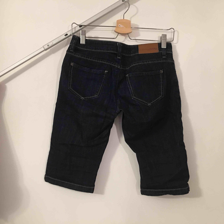 Jeans i kortare caprimodell.  Köpare står för frakt.. Jeans & Byxor.