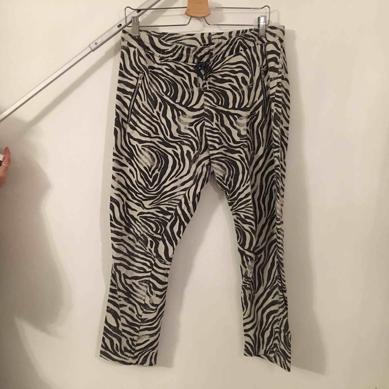 Mjukisbyxor i kortare modell.  Köpare står för frakt.. Jeans & Byxor.