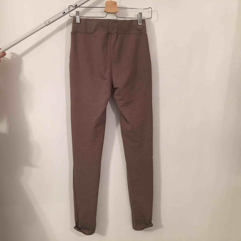 Snygga brun/beiga tights med dragkedjor. . Jeans & Byxor.