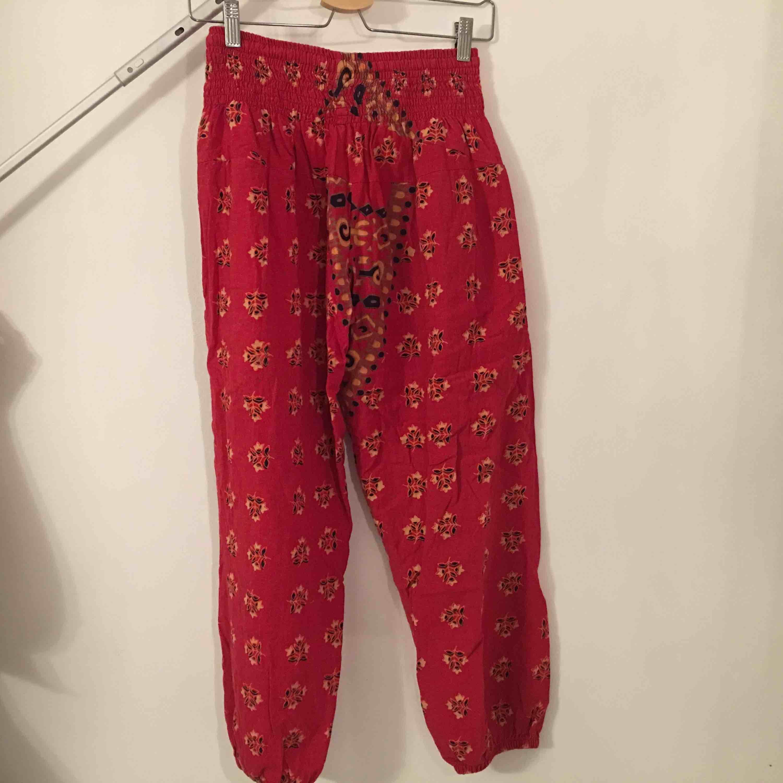Sköna bohemiska byxor. Tillverkare eller storlek ej angivet men skulle säga att det är XS.  Köpare står för frakt.. Jeans & Byxor.