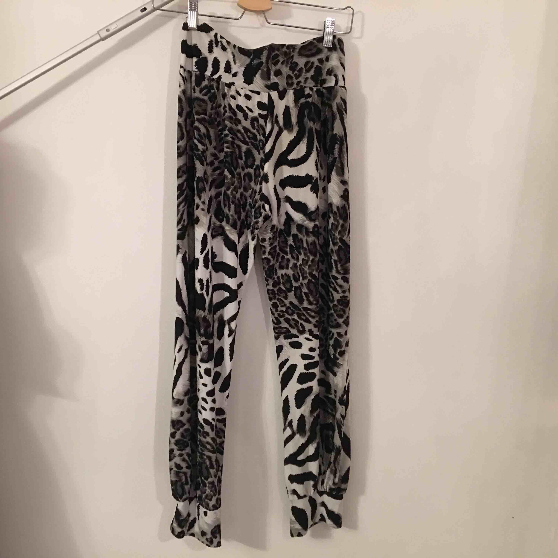 Mjuka byxor i leopardmönster. Ej angivet tillverkare eller storlek men borde passa S.. Jeans & Byxor.