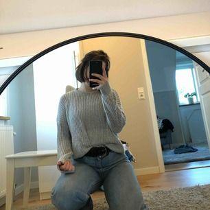 Stickad tröja från Brandy Melville! Storleken är onesize men representerar smäll-medium.   Kan mötas upp i Stockholm eller skicka på posten. Köpare betalar frakt.