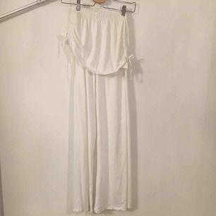 Utsvängda byxor med påsydd kjoldel. Står ej angivet storlek men borde passa M.  Köpare står för frakt.