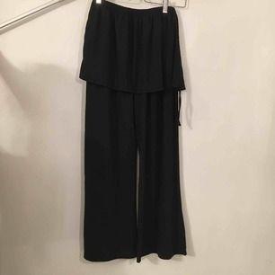 Mjuka byxor med utsvängda ben och en påsydd kjolsdel. ej angivet tillverkare eller storlek men bör passa M. Köpare står för frakt.