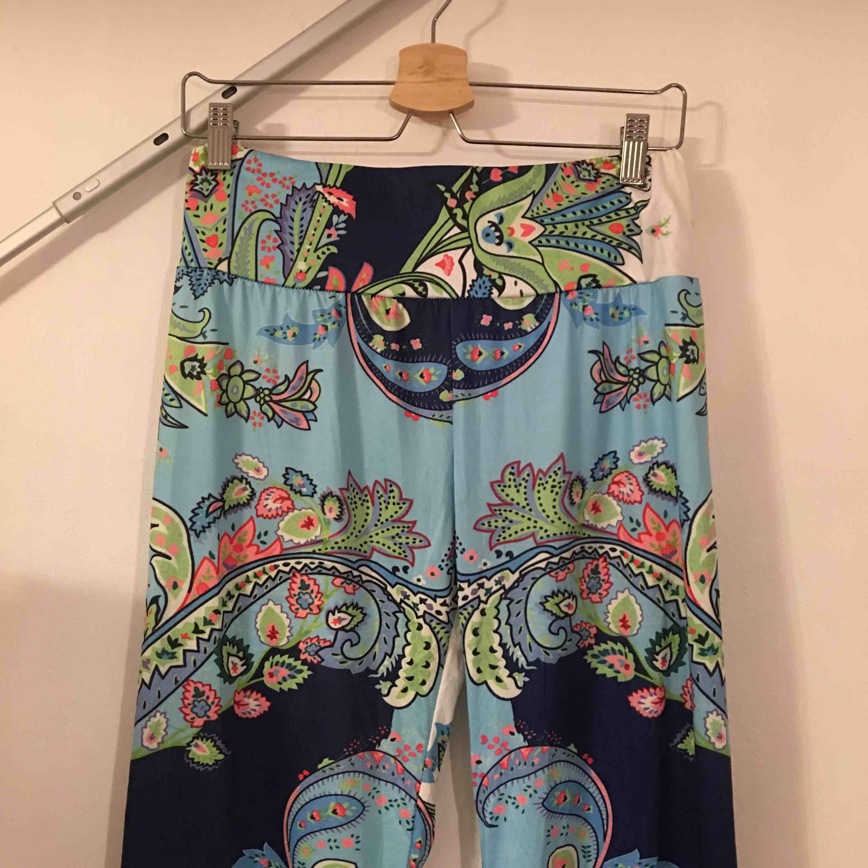 Mjuka byxor i bohemisk stil.  Köpare står för frakt.. Jeans & Byxor.