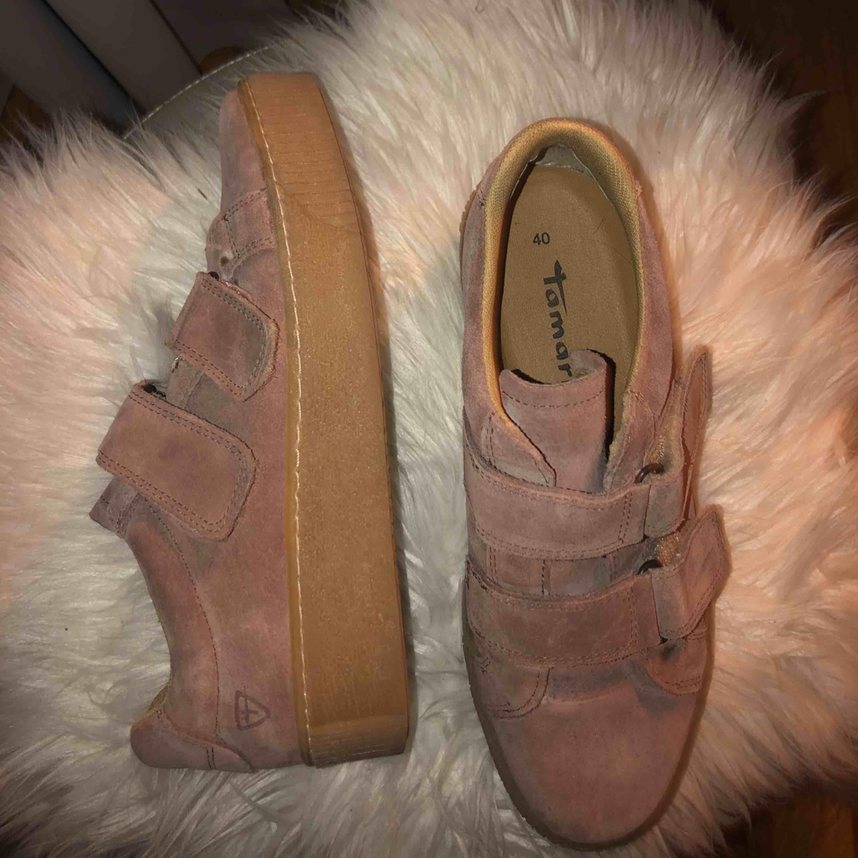 373b392f23b Rosa mocka skor med högsula i beige. Skor köpta på scorett, från Tamaris.