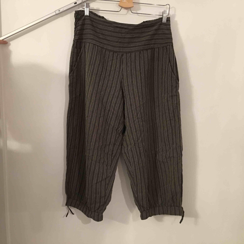 Pösiga byxor i caprimodell.  Köpare står för frakt.. Jeans & Byxor.