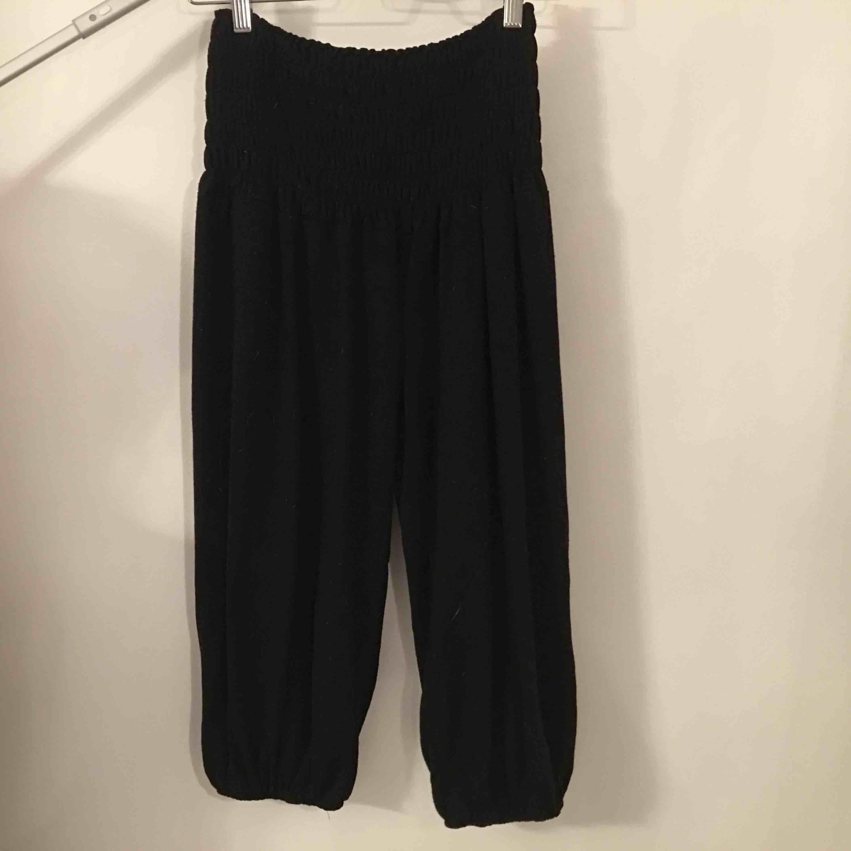 Yogabyxor i caprimodell. Storlek ej angivet men bör passa M.  Köpare står för frakt.. Jeans & Byxor.