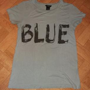 Blå t-shirt med texten BLUE - Jag skulle säga att färgen stämmer mest med första bilden - Passar storlek S - Luftig och sval - 100% viskos - Frakt ingår i priset