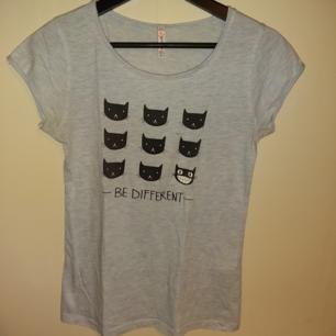 Ljusblå t-shirt med texten BE DIFFERENT - 51% bomull, 49% polyester - Frakt ingår i priset