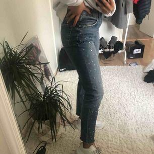 Jättesnygga jeans ifrån Zara i storlek 36/38, frakten ingår i priset,nypris 600kr dem är använda max 2 gånger och är därför i ett väldigt bra skick, dem är så gott som nya, dem har som små nitar på framsidan av byxan som är en väldigt snygg detalj.
