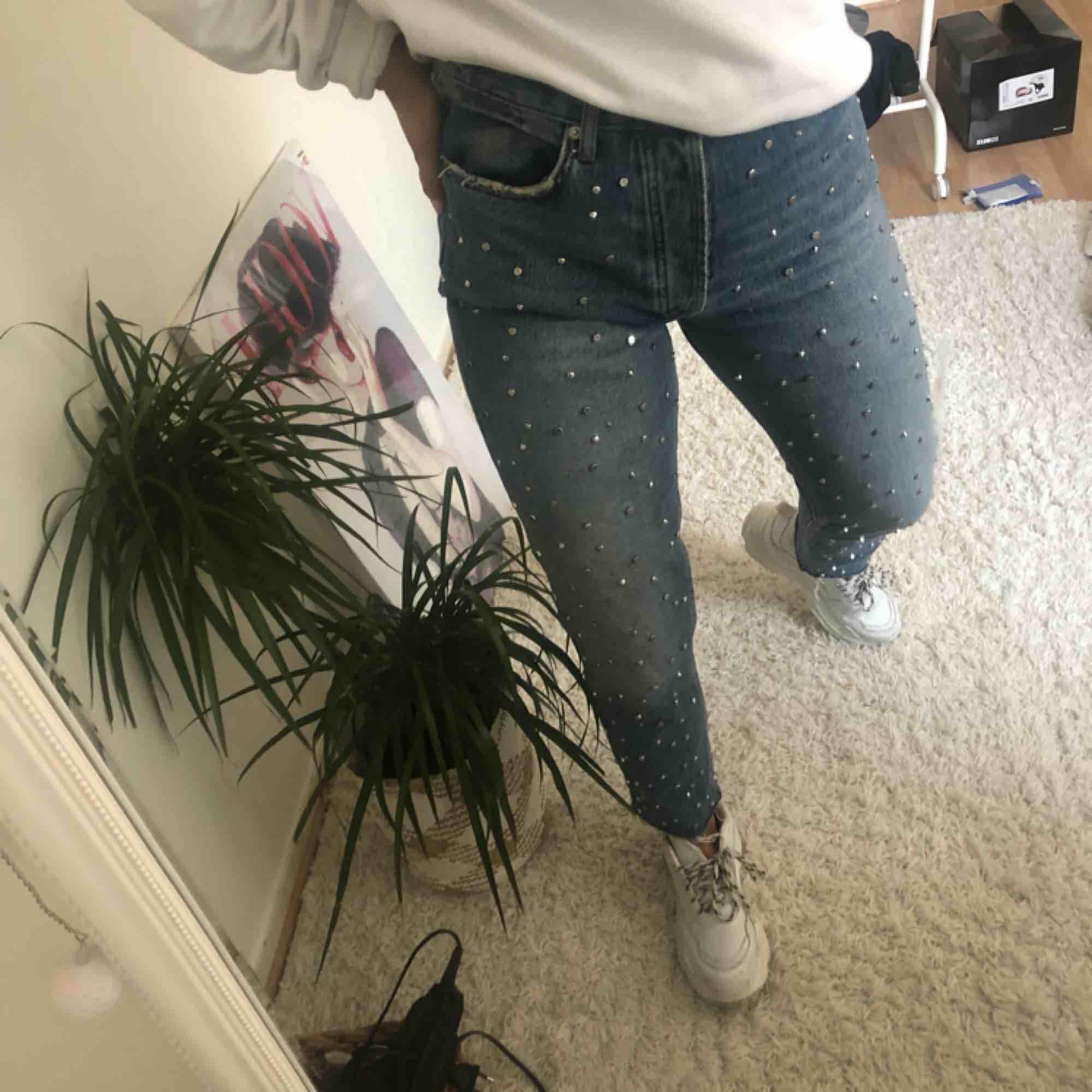 Jättesnygga jeans ifrån Zara i storlek 36/38, frakten ingår i priset,nypris 600kr dem är använda max 2 gånger och är därför i ett väldigt bra skick, dem är så gott som nya, dem har som små nitar på framsidan av byxan som är en väldigt snygg detalj. . Jeans & Byxor.