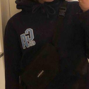 cropped hoodie, mörkblå med ljusblå text på fram- och baksidan