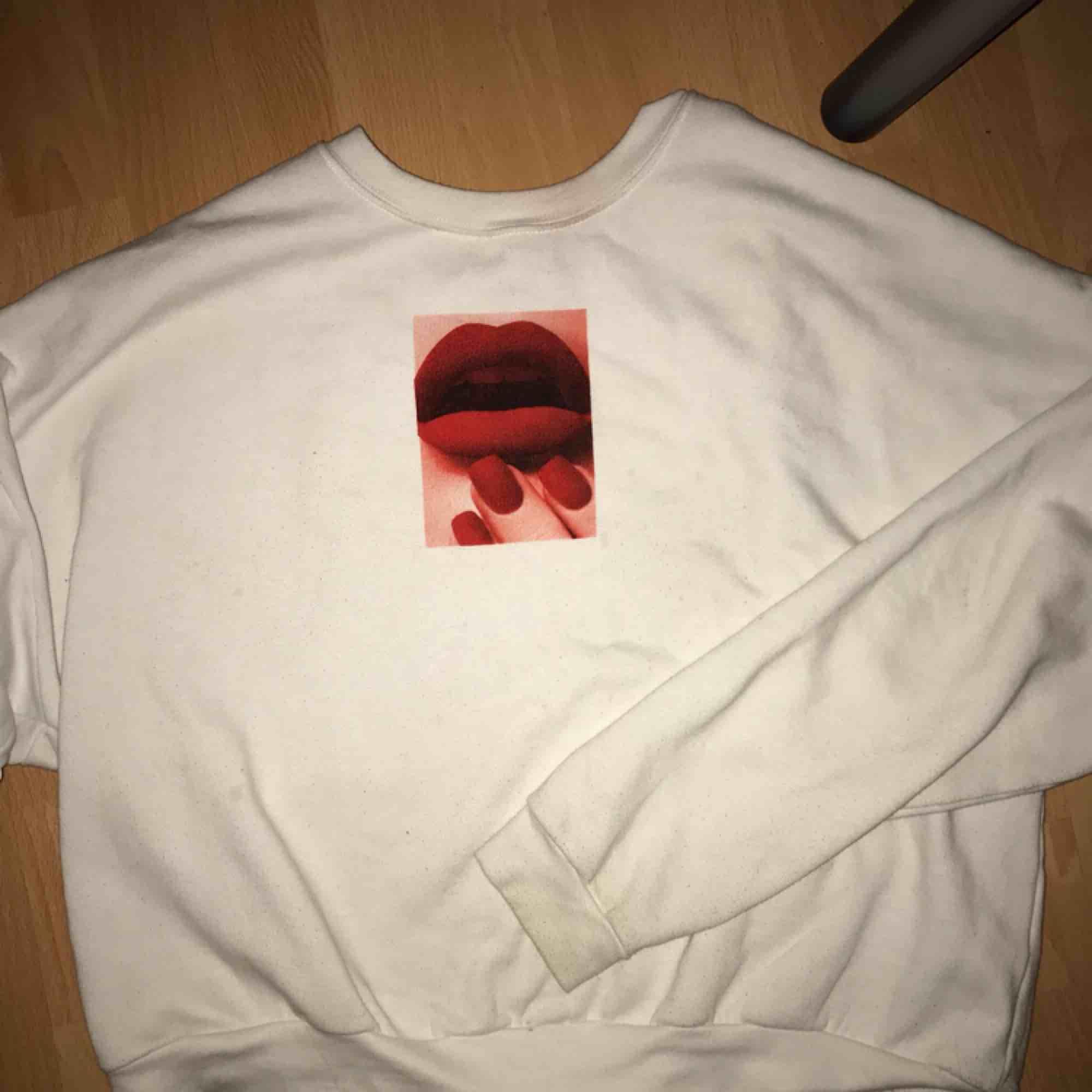 Skitsnygg tröja från carlings, använd ett fåtal gånger och i väldigt bra skick💜 kan mötas upp i Stockholmsområdet. Huvtröjor & Träningströjor.