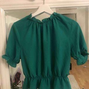 En superfin blus ifrån Gina Tricot, säjer pga för att jag inte får nån användning för den och att det är tråkigt att den bara hänger i garderoben