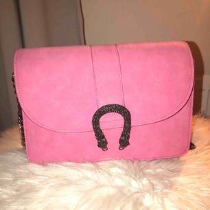 Rosa väska från GINATRICOT. Säljer pga att den inte används, använd ca 5 gånger. Bra skick! Köparen står för frakt om man inte kan mötas upp. Pris kan diskuteras vid snabb affär.