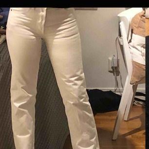 Svin snygga vita Levis jeans i modell 501. Inget fel på dom alls, men tyvärr är dom något försmå.